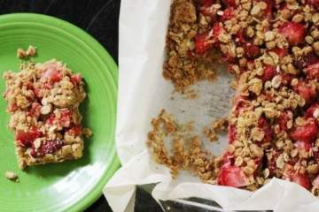 Healthy Strawberry Oatmeal Bars made with fresh strawberries, rolled oats, and whole wheat flour are a healthy 100 calorie treat that you will absolutely love.
