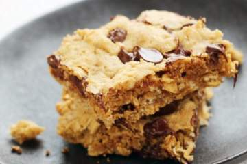 Peanut Butter Chocolate Chip Oatmeal Bars